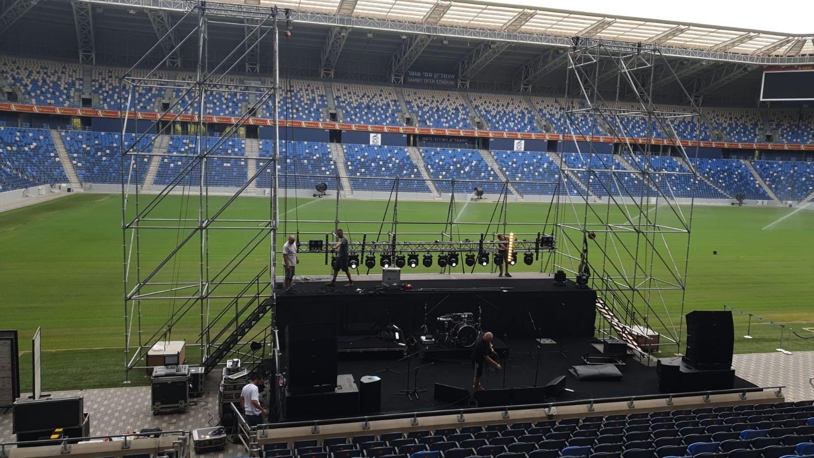 הכנות אחרונות להופעה סגורה באצטדיון