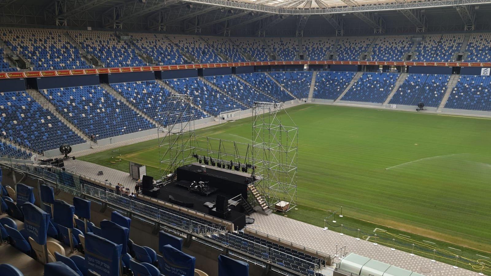 הקמת במה להופעה סגורה באצטדיון