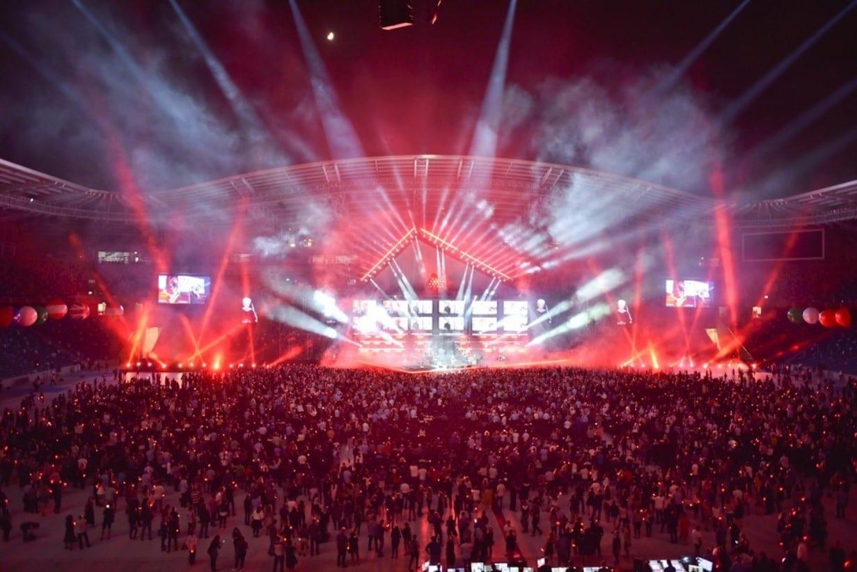 חוויה של צבעים וצלילים במופע חי באצטדיון סמי עופר