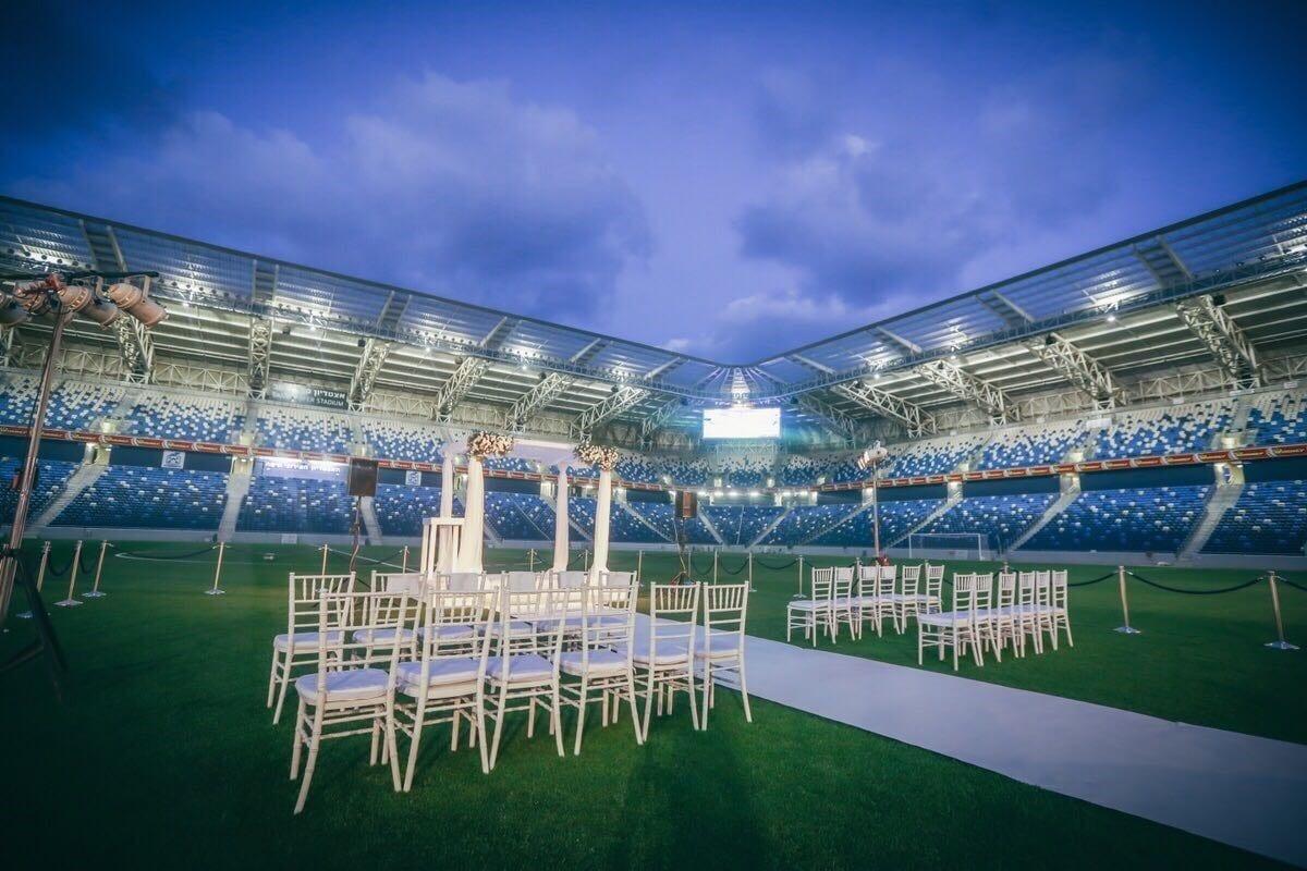 חופה על כר הדשא בשעות הערב באצטדיון סמי עופר