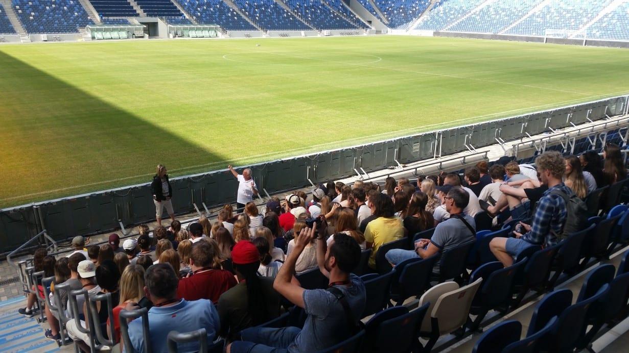 מבט על כר הדשא במהלך סיור באצטדיון
