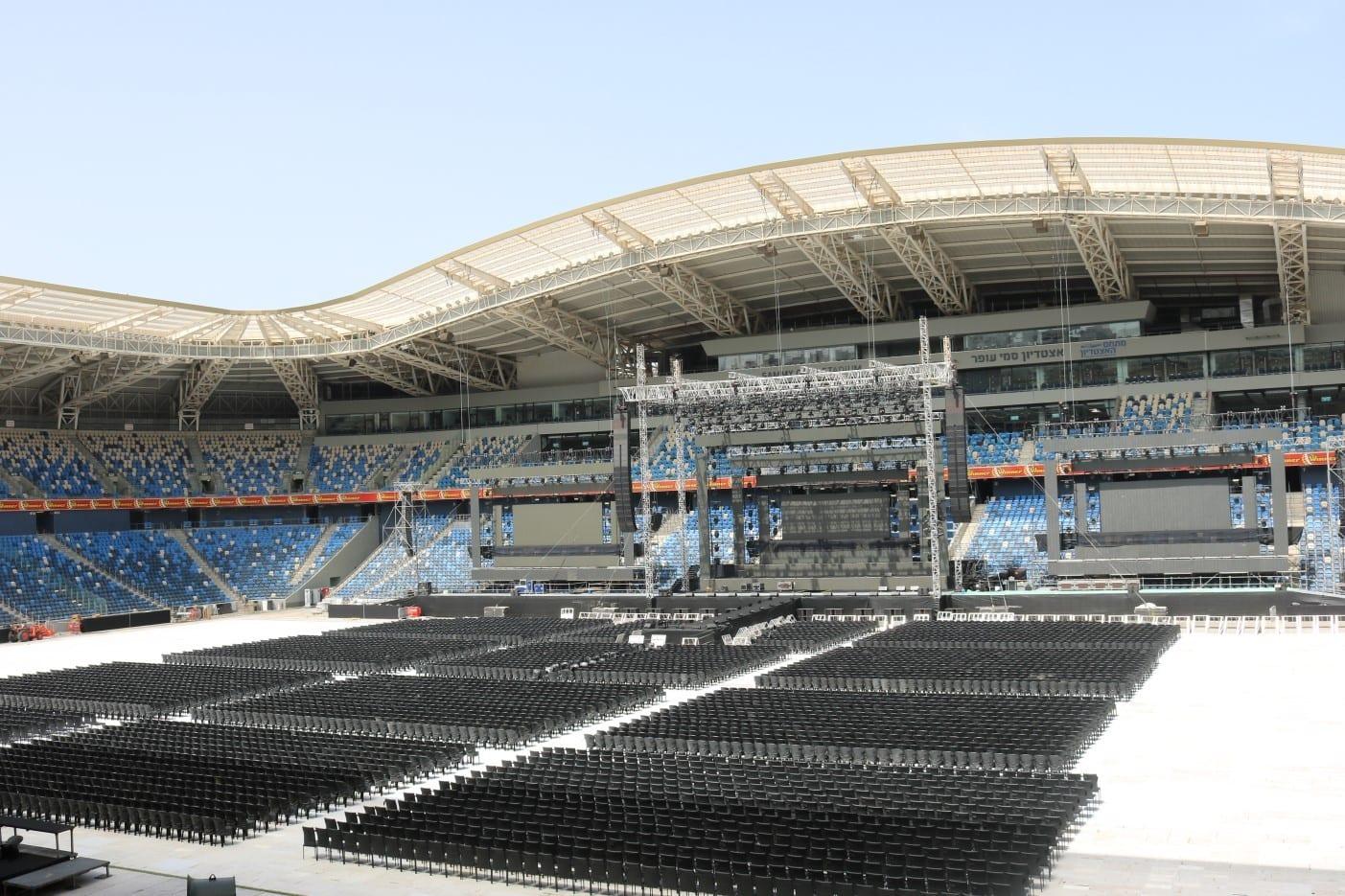 סידור הבמות והמושבים להופעה באצטדיון סמי עופר