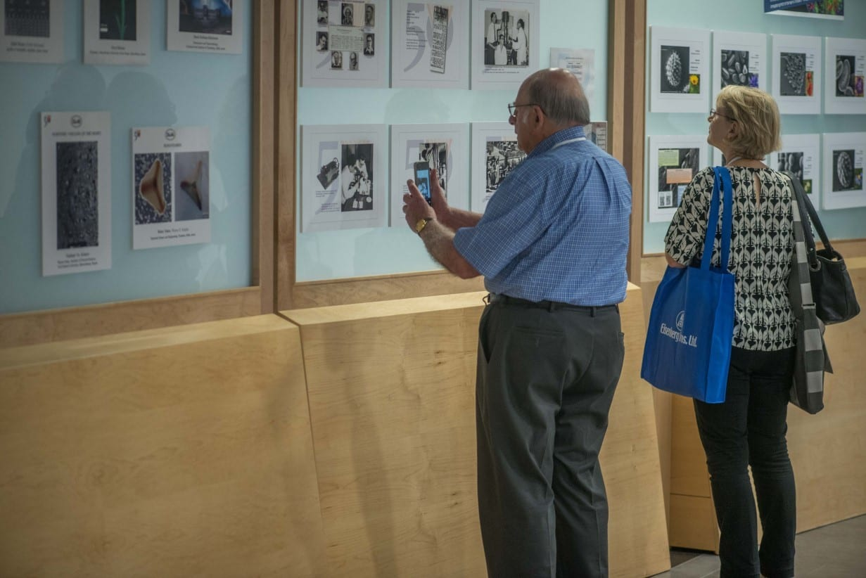 עמדות תצוגה בתערוכה באצטדיון סמי עופר