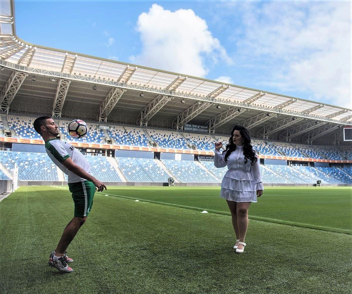 צילומים זוגיים על כר הדשא באצטדיון סמי עופר