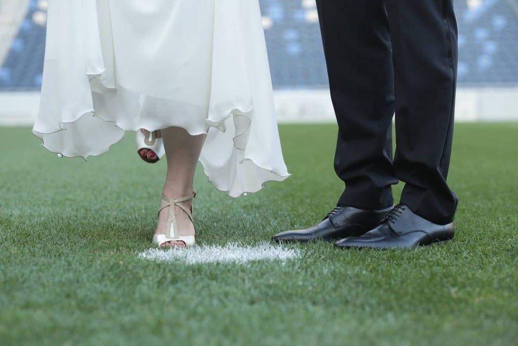 צילומי חתן-כלה על כר הדשא באצטדיון