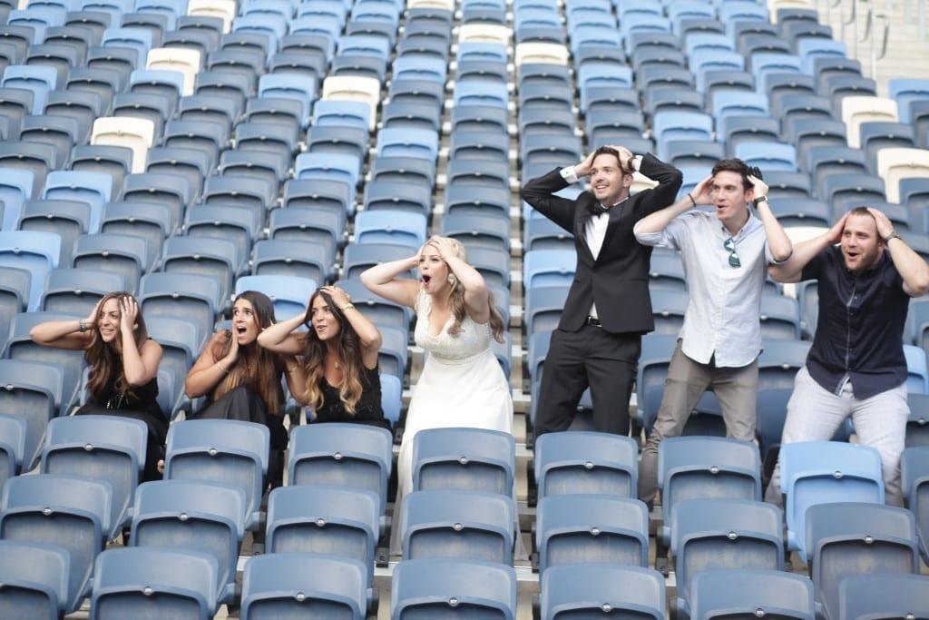 צילומי טרום חתונה, זוג וחברים מלווים, ביציעי האצטדיון