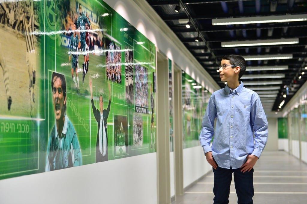 צילומי ילד בר-מצווה בחדרי ההלבשה באצטדיון סמי עופר