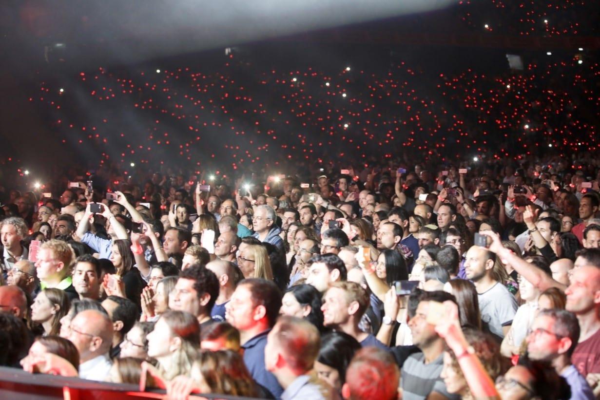 קהל משולהב בהופעה חיה באצטדיון סמי עופר
