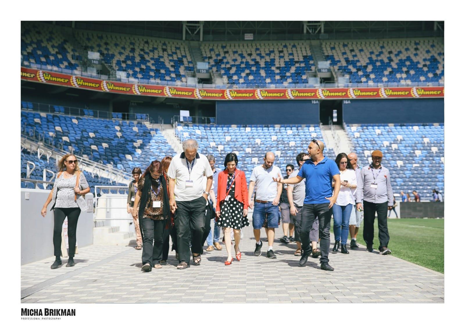 סיור סביב כר הדשא באצטדיון
